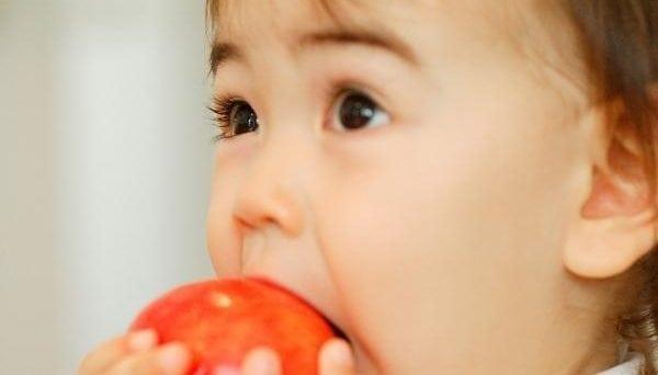 Mẹ cẩn thận khi cho con ăn trái cây 2
